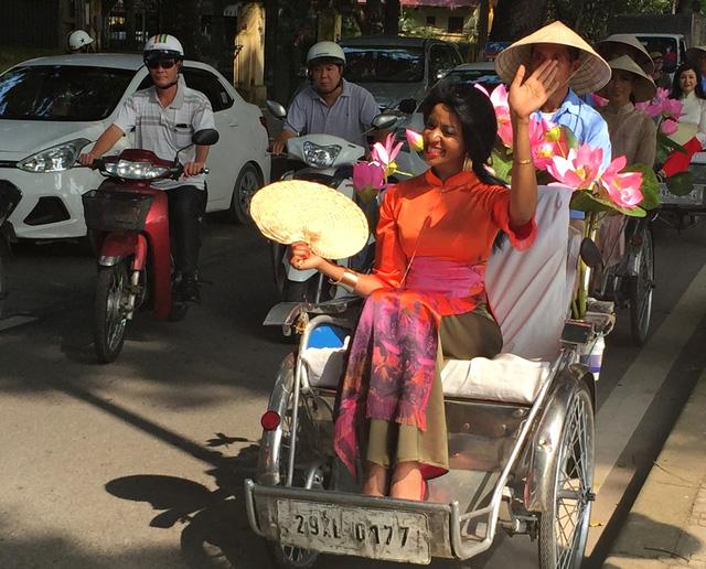 Dàn nghệ sĩ gạo cội diễu hành áo dài trên các tuyến phố Hà Nội - Ảnh 8.