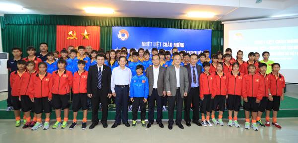 Nguyên Chủ tịch nước Nguyễn Minh Triết thăm và động viên các ĐT Việt Nam - Ảnh 7.