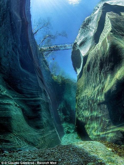 Khám phá những vịnh biển nước trong vắt như pha lê - Ảnh 8.