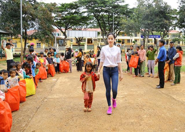 Hoa khôi Nam Em vượt 300km mang trung thu đến với trẻ em KHo - Ảnh 8.