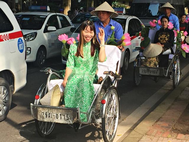 Dàn nghệ sĩ gạo cội diễu hành áo dài trên các tuyến phố Hà Nội - Ảnh 9.