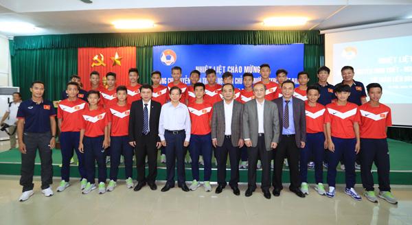 Nguyên Chủ tịch nước Nguyễn Minh Triết thăm và động viên các ĐT Việt Nam - Ảnh 8.