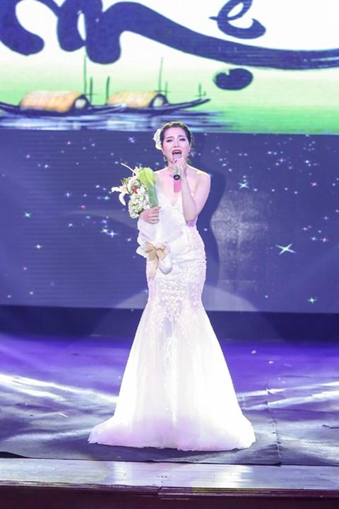 Minh Trang Ly Ly khóc trong liveshow khi hát ca khúc về cha - Ảnh 9.