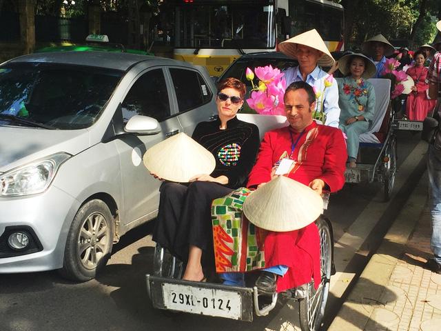 Dàn nghệ sĩ gạo cội diễu hành áo dài trên các tuyến phố Hà Nội - Ảnh 10.