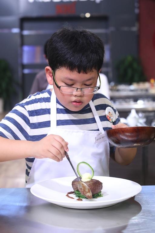 """Vua đầu bếp nhí: Cậu bé """"bốn mắt"""" gây ấn tượng với món bò đẳng cấp nhà hàng - Ảnh 5."""