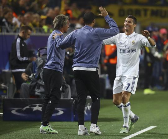 Ronaldo bị bóc mẽ đang ra vẻ niềm nở với Zidane - Ảnh 1.