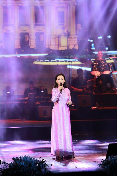 Danh ca Khánh Ly Nhớ mùa thu Hà Nội khiến khán giả thủ đô bâng khuâng cảm xúc - Ảnh 1.