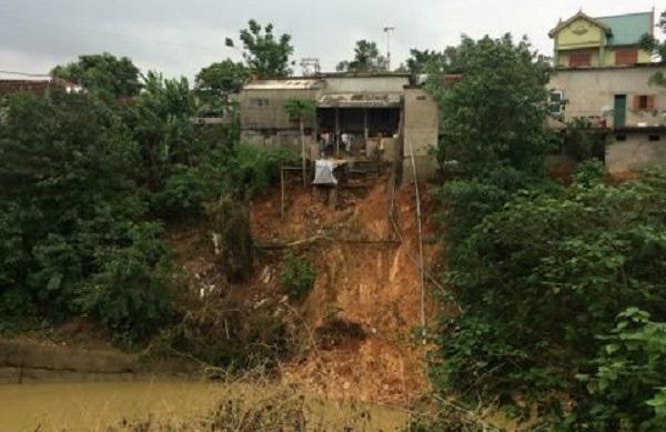 Sau mưa lũ, 20 hộ dân ở Nghệ An sạt lở nghiêm trọng - Ảnh 1.