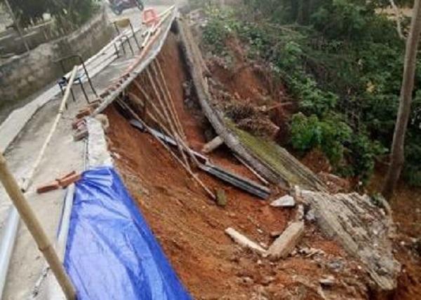 Sau mưa lũ, 20 hộ dân ở Nghệ An sạt lở nghiêm trọng - Ảnh 2.