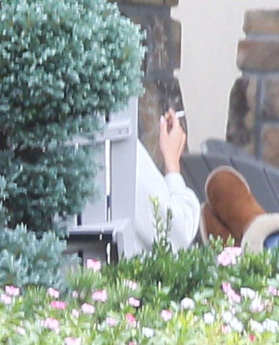 Lộ ảnh Selena Gomez phì phèo thuốc bên ngoài trung tâm cai nghiện - Ảnh 1.