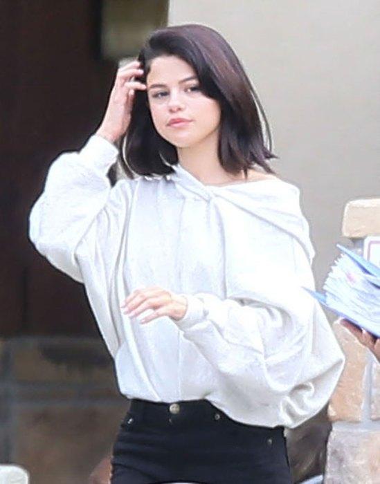 Lộ ảnh Selena Gomez phì phèo thuốc bên ngoài trung tâm cai nghiện - Ảnh 3.