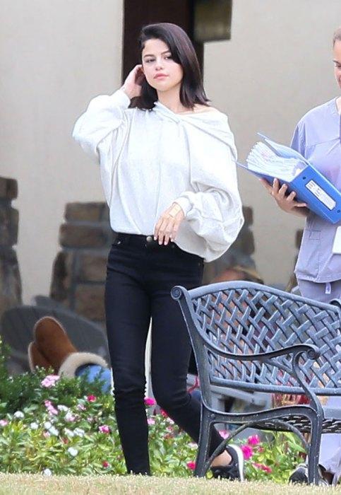 Lộ ảnh Selena Gomez phì phèo thuốc bên ngoài trung tâm cai nghiện - Ảnh 4.