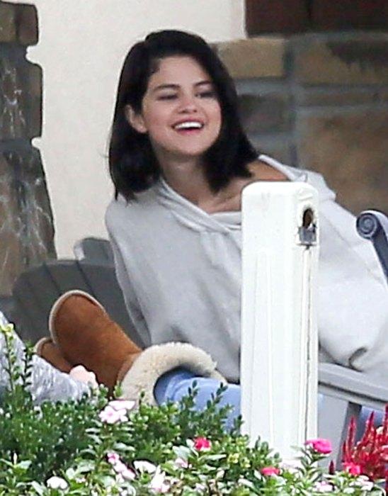 Lộ ảnh Selena Gomez phì phèo thuốc bên ngoài trung tâm cai nghiện - Ảnh 6.