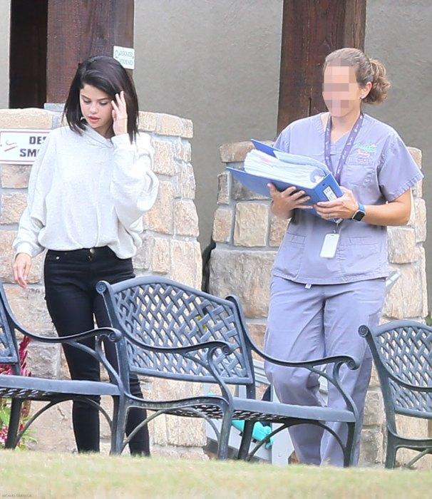 Lộ ảnh Selena Gomez phì phèo thuốc bên ngoài trung tâm cai nghiện - Ảnh 5.