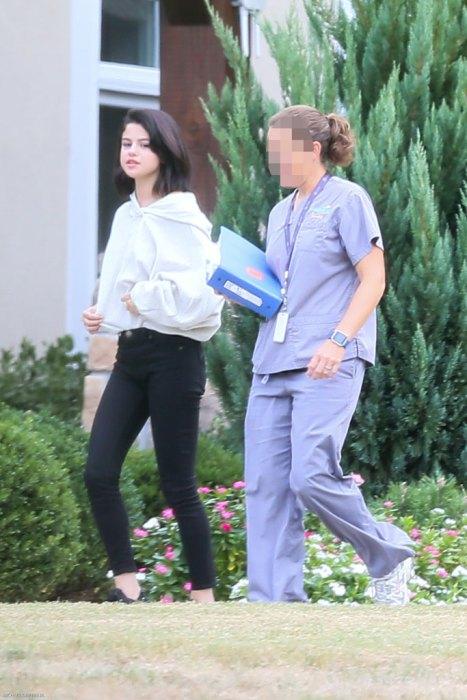 Lộ ảnh Selena Gomez phì phèo thuốc bên ngoài trung tâm cai nghiện - Ảnh 9.