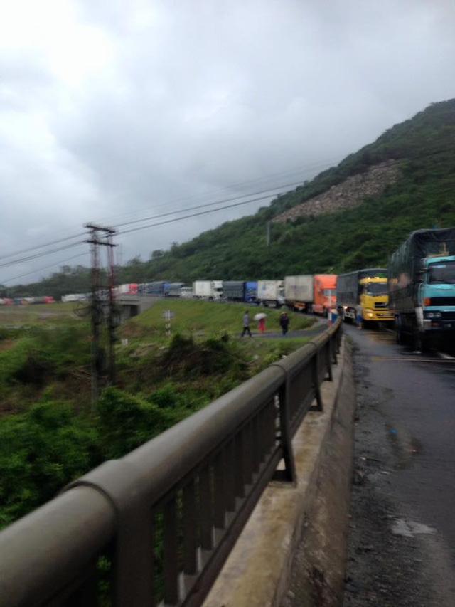 Hàng loạt tuyến đường bị sạt lở, ách tắc do mưa lũ - Ảnh 3.