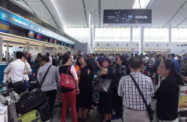 Sân bay Tân Sơn Nhất trục trặc hệ thống làm thủ tục - Ảnh 2.