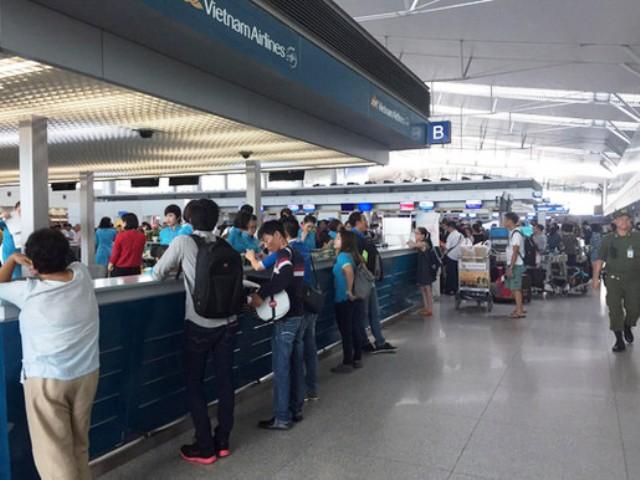 Sân bay Tân Sơn Nhất trục trặc hệ thống làm thủ tục - Ảnh 1.