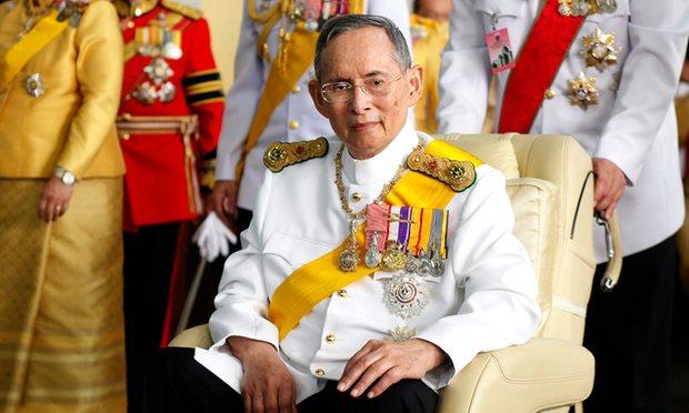 Người dân Thái Lan khóc nghẹn, tiếc thương Nhà vua Bhumibol Adulyadej - Ảnh 1.