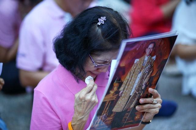 Người dân Thái Lan khóc nghẹn, tiếc thương Nhà vua Bhumibol Adulyadej - Ảnh 5.