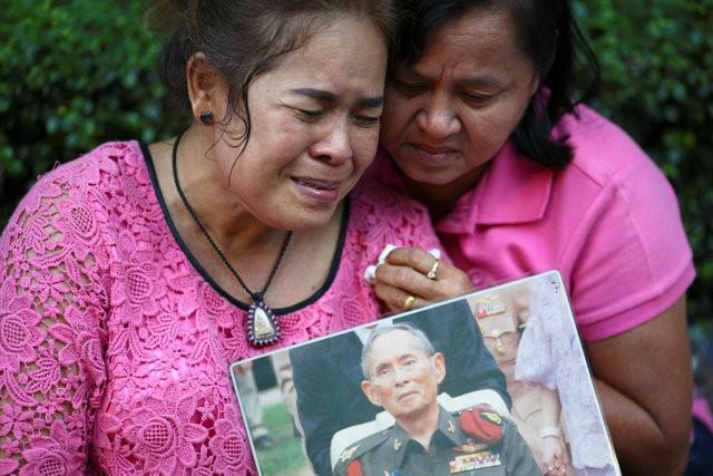 Người dân Thái Lan khóc nghẹn, tiếc thương Nhà vua Bhumibol Adulyadej - Ảnh 6.