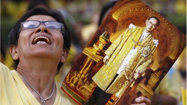 Người dân Thái Lan khóc nghẹn, tiếc thương Nhà vua Bhumibol Adulyadej - Ảnh 10.