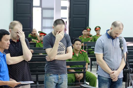 Dùng thẻ ATM giả rút tiền, 3 người Nga bị phạt tù - Ảnh 1.