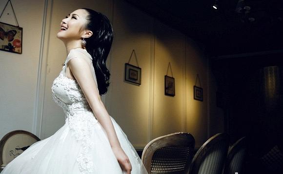 Hương Tràm ngọt ngào trong bộ ảnh cưới - Ảnh 2.