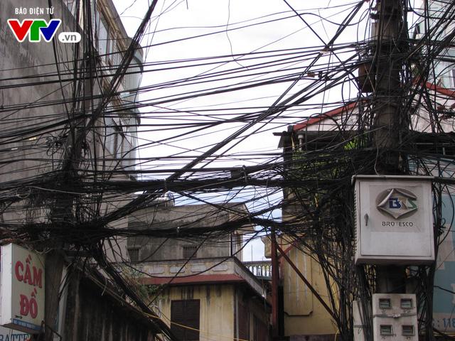 Nguy cơ cháy nổ từ những tổ nhện trên đường phố Hà Nội - Ảnh 2.
