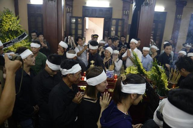 Các nghệ sĩ rơi nước mắt tiễn đưa NSƯT Hán Văn Tình - Ảnh 2.