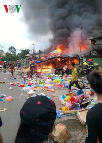 Bình Dương: Cháy 4 cửa hàng trong khu vực Đại học Quốc gia TP.HCM - Ảnh 1.