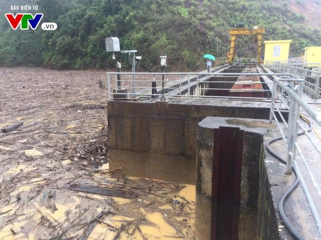 Cơn lũ gỗ thượng nguồn đổ về đập thủy điện Hố Hô (Hà Tĩnh) - Ảnh 1.