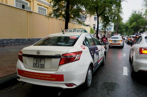 Nhiều câu hỏi đằng sau câu chuyện taxi truyền thống bêu xấu Grab, Uber - Ảnh 1.