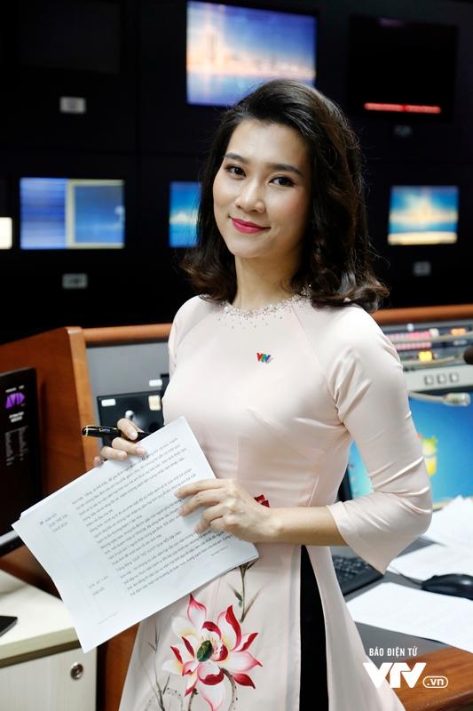 Bóng hồng mới của Bản tin Thời sự 19h tất bật chuẩn bị cho buổi lên hình - Ảnh 7.