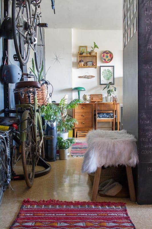 Chật ních đồ đạc song căn hộ này vẫn khiến nhiều người mê mẩn - Ảnh 8.