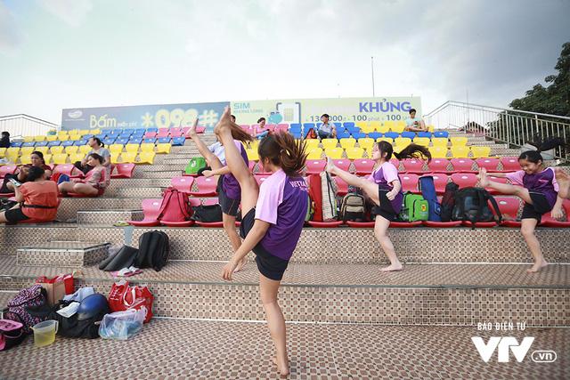 Tập ở hồ bơi công cộng, ĐT Bơi nghệ thuật Việt Nam đặt mục tiêu HCĐ SEA Games 29 - Ảnh 1.