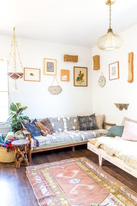 Ngôi nhà sàn gỗ mộc mạc với vô vàn đồ thủ công xinh xắn - Ảnh 2.