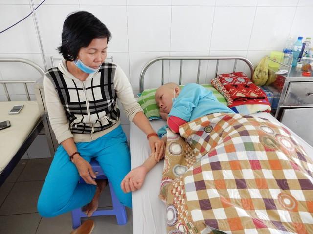 Nỗi buồn của cô sinh viên nghèo mắc bệnh ung thư máu - Ảnh 1.