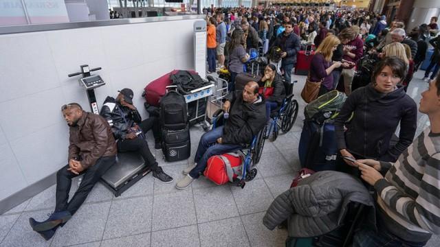 Mất điện tại sân bay bận rộn nhất thế giới, 1.000 chuyến bay bị hủy - Ảnh 1.