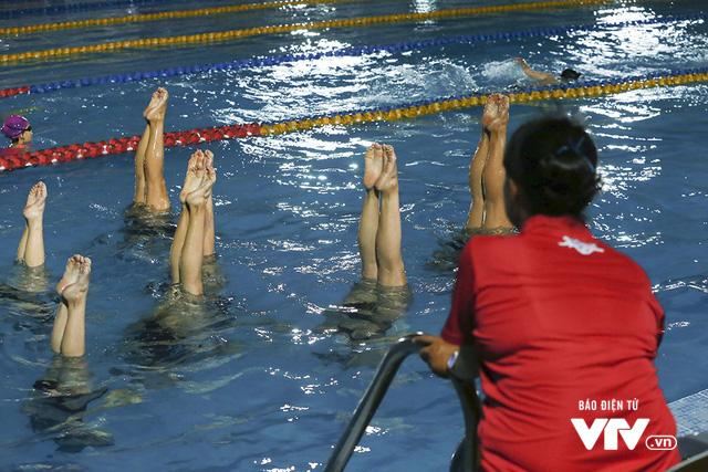 Tập ở hồ bơi công cộng, ĐT Bơi nghệ thuật Việt Nam đặt mục tiêu HCĐ SEA Games 29 - Ảnh 11.
