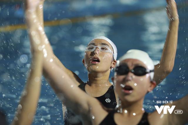 Tập ở hồ bơi công cộng, ĐT Bơi nghệ thuật Việt Nam đặt mục tiêu HCĐ SEA Games 29 - Ảnh 14.