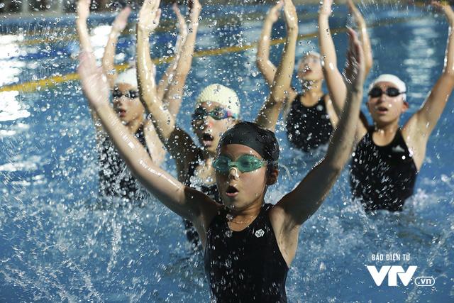 Tập ở hồ bơi công cộng, ĐT Bơi nghệ thuật Việt Nam đặt mục tiêu HCĐ SEA Games 29 - Ảnh 13.