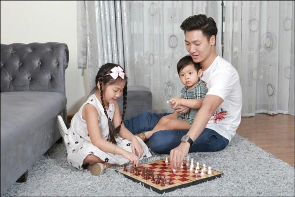 Nhìn những hình ảnh này, ai cũng phải công nhận Mạnh Trường là ông bố tuyệt vời của showbiz Việt - Ảnh 1.