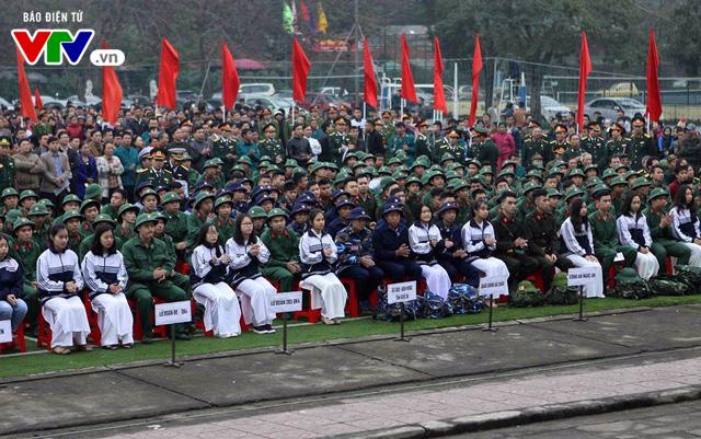 Gần 3.000 tân binh xứ Nghệ hăng hái lên đường nhập ngũ - Ảnh 1.