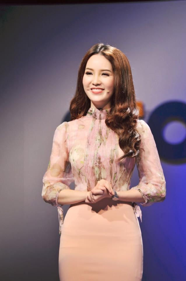 Soi gu thời trang thanh lịch và quyến rũ của Á hậu Thụy Vân - Ảnh 4.