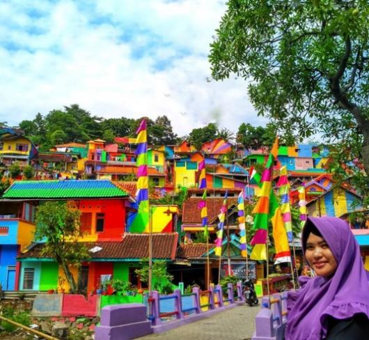 Khu ổ chuột ở Indonesia hóa làng cầu vồng tuyệt đẹp - Ảnh 6.