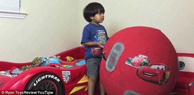 Cậu bé 6 tuổi kiếm 15 triệu USD một năm nhờ các video đánh giá đồ chơi - Ảnh 1.