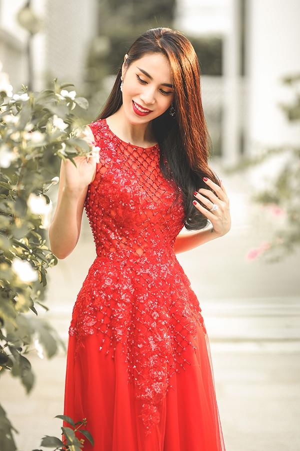 Thủy Tiên đẹp mê đắm trong sắc đỏ nồng nàn - Ảnh 9.