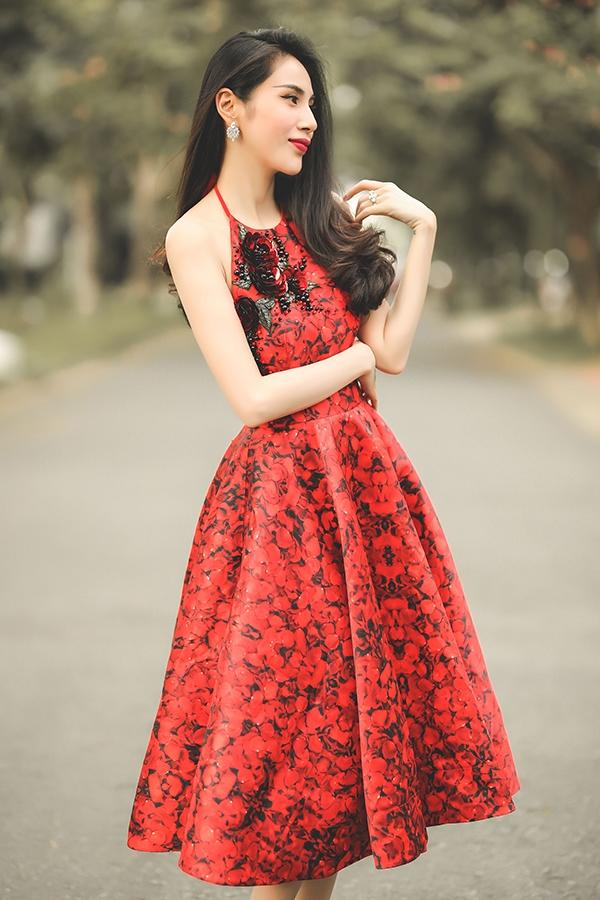 Thủy Tiên đẹp mê đắm trong sắc đỏ nồng nàn - Ảnh 6.