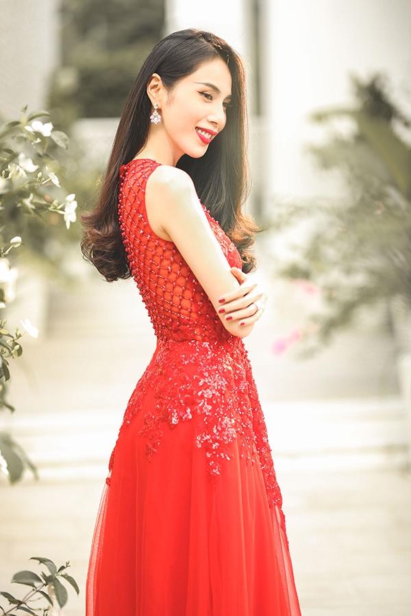 Thủy Tiên đẹp mê đắm trong sắc đỏ nồng nàn - Ảnh 8.